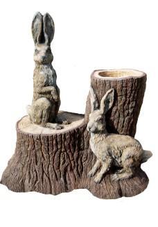 Зайцы на пне (цветник)