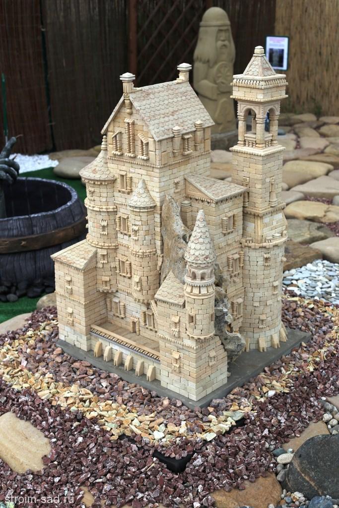 Миниатюра средневекового замка из камня